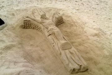 Jésus sur sa croix sur la plage d'Arcachon
